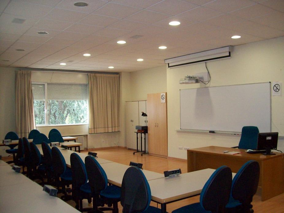 Aula destinada a la utilización de medios audiovisuales en la Escuela Universitaria de Estudios Empresariales (E.U.E.E.) de la Universidad de Vigo