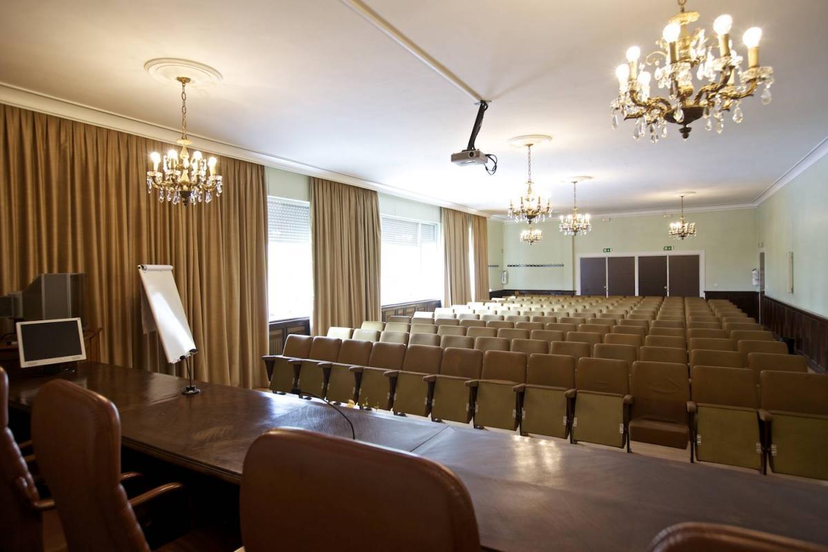 Salón de Actos de la Escuela Universitaria de Estudios Empresariales (E.U.E.E.) de la Universidad de Vigo